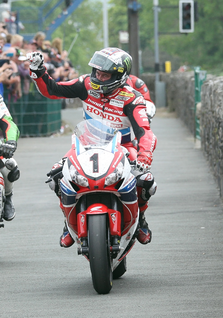 Isle_of_Man_TT_2015_Senior_TT b k